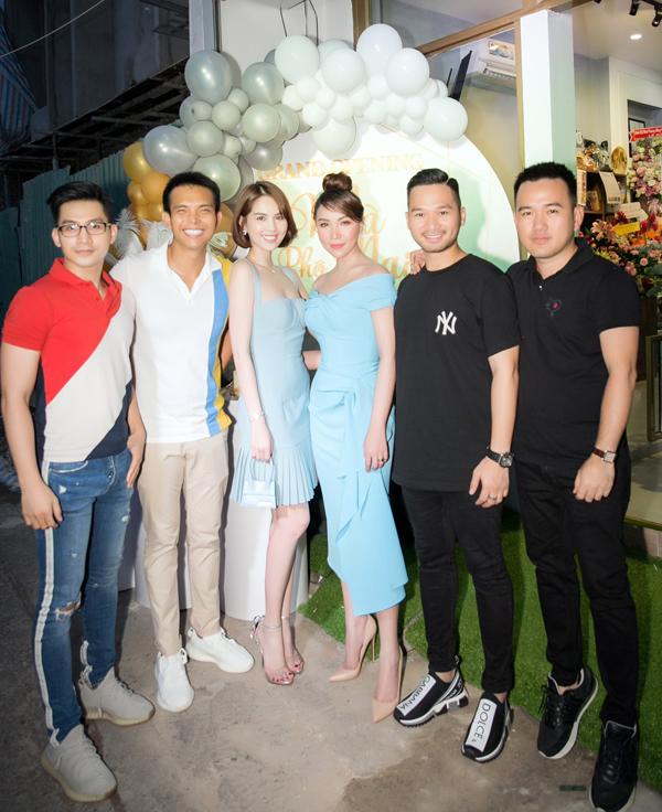 Nhà thiết kế Đỗ Long (thứ hai từ trái qua), Lê Thanh Hòa (ngoài cùng bên phải) là những đàn anh trong nghề thân thiết với Quỳnh Thư nhiều năm nay.