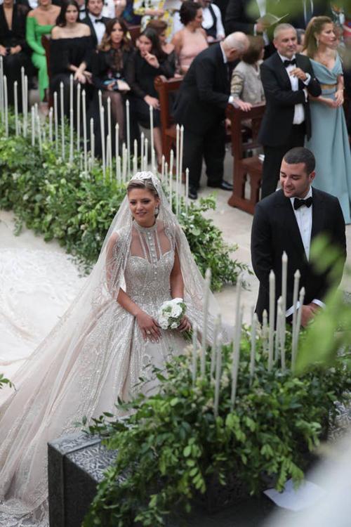 Trong hôn lễ, cô dâu đã diện 4 váy cưới do bố chồng thiết kế.