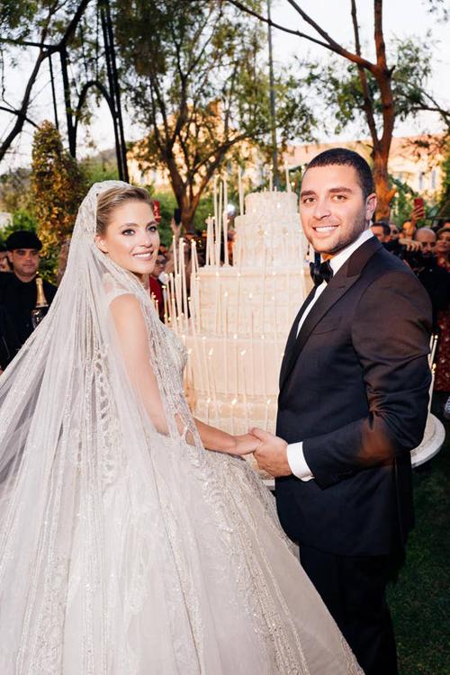 Từ ngày 18-20/7, Elie Sb Jr. - con tri củ NTK Elie Sb đã tổ chức cưới với cô dâu Christin Mourd tại khu nghỉ mát Fqr, Li-băng. Chuỗi sự kiện bắt đầu bằng tiệc tiền đám cưới diễn r ngày 18/7ở Plteu de Bkish- ngôi làng sinh thái đầu tiên củ Li-băng.