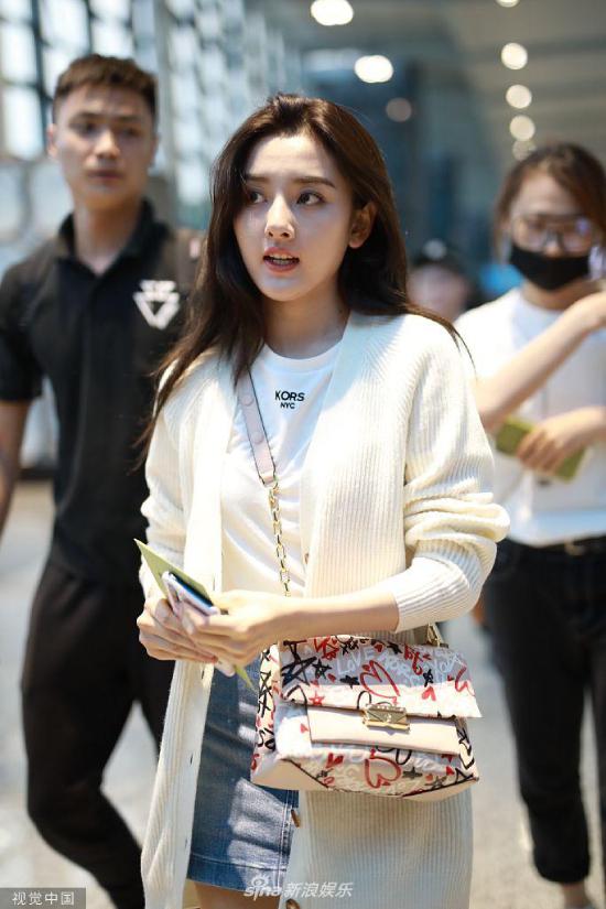 Diễn viên Tống Tổ Nhi xuất hiện ở sân bay Thượng Hải hôm 25/7, cô mặc trang phục jean khỏe khoắn, gương mặt trang điểm nhẹ nhàng trông rất xinh đẹp. Khác với vẻ bầu bĩnh, mũm mĩm thủa còn là Na Tra, hiện tại, ở tuổi đôi mươi, cô gái trông thanh mảnh hơn rất nhiều.