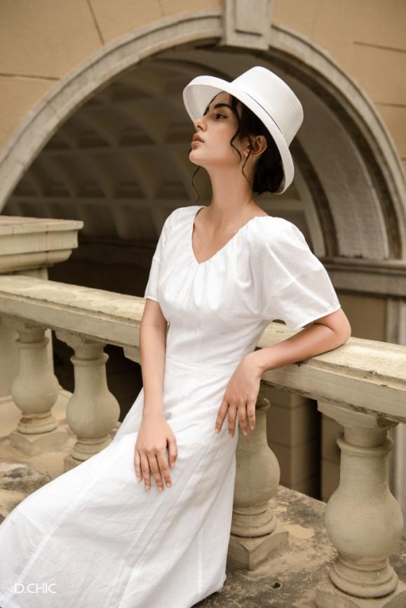BST Into Linen Shade lấy nguồn cảm hứng từ những điều đó, từ những giá trị tìm về với thiên nhiên. Chất liệu chủ đạo được làm từ Linen, cùng với những chi tiết được chăm chút tỉ mỉ: Xếp li phóng khoáng nhấn nhá bằng khuy gỗ, ren thô trên nền váy trắng, tỏa ra một nét đẹp tự nhiên Effortless dung hòa sự tinh tế và hiện đại của mỗi quý cô.