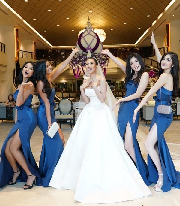 Các cô gái vui vẻ chụp ảnh trong lúc đợi di chuyển ra địa điểm tổ chức hôn lễ.