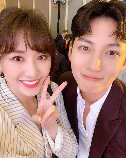 Hari Won pose ảnh cùng diễn viên Ji Chang Wookkhi có mặt tại một sự kiện ở Hà Nội.