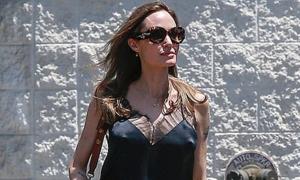 Angelina Jolie 'thả rông' vòng một khi đi làm đẹp