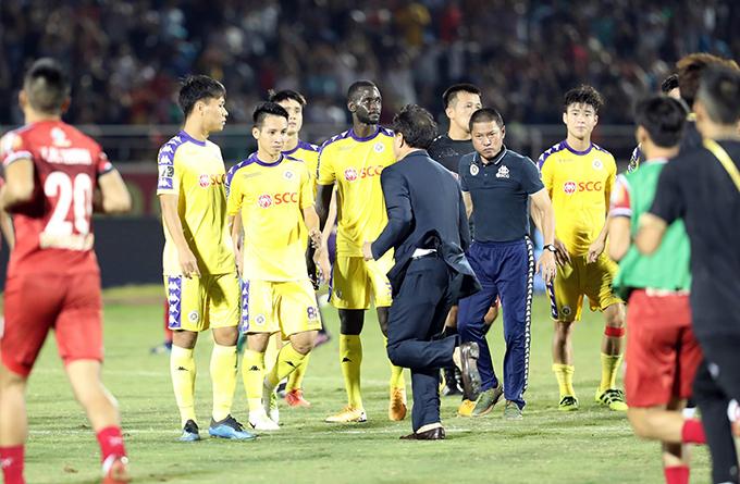 Biểu cảm không lấy gì làm vui vẻ của HLV Chu Đình Nghiêm sau trận đấu với TP HCM. Ảnh: Đức Đồng.