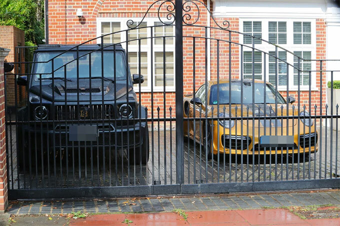 Xe của tiền vệ Arsenal được khóa sau cánh cổng an ninh.