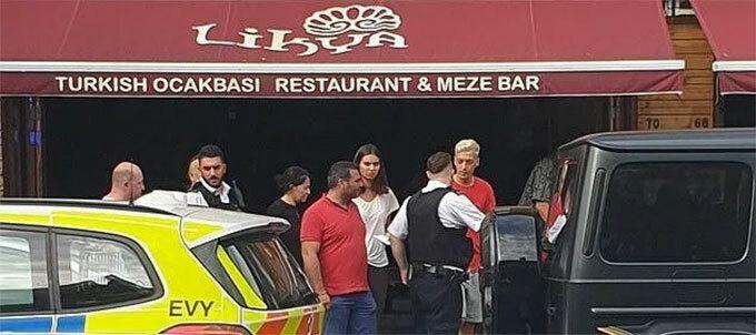 The Sun cho biết, vợ Ozil và bà xã Kolasinac cũng ở trên chiếc Mercedes do Ozil cầm lái khi bị hai tên cướp tấn công. Lúc xe đang dừng bên đường, hai nghi phạm bịt mặt đi xe máy cầm dao tới dọa để cướp xe. Kolasinac đang ở phía ngoài dù tay không nhưng vẫn đối đầu với tên cướp cầm dao.