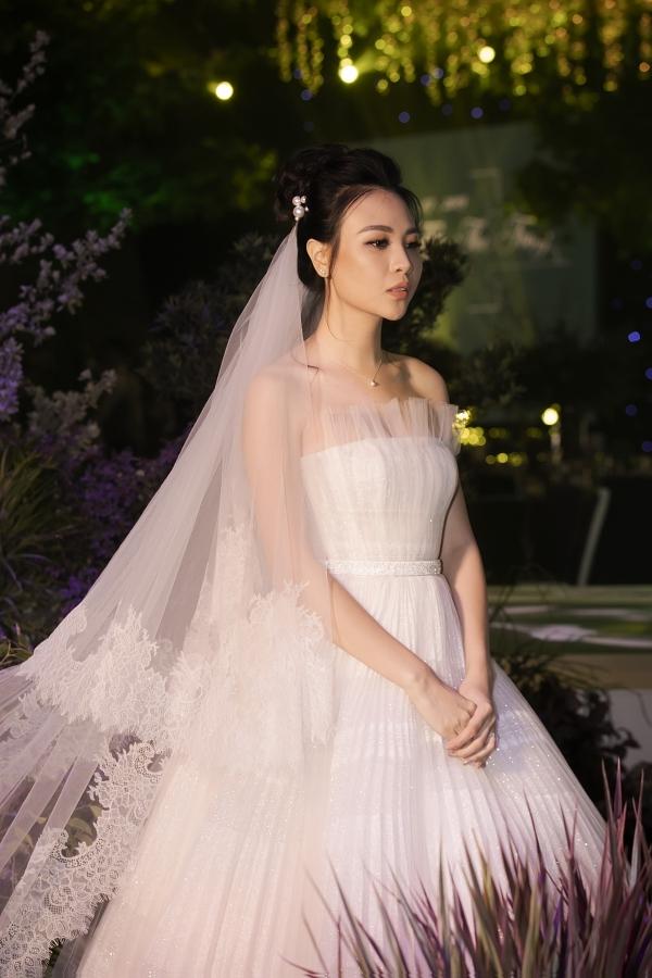 Đám cưới Cường Đôla và Đàm Thu Trang đang diễn ra tại một trung tâm sang trọng ở TP HCM, tối 28/7. Vì muốn giữ sự riêng tư, tiệc cưới được đảm bảo an ninh nghiêm ngặt. Toàn bộ hình ảnh đều do êkíp kiểm soát chặt chẽ trước khi gửi đến