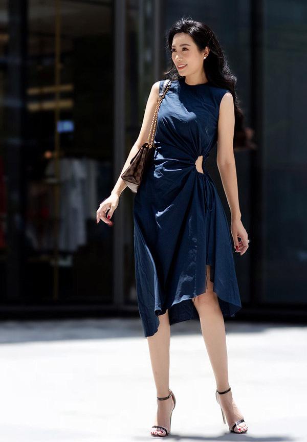 Người đẹp 7X chuộng các thiết kế đơn sắc, kiểu dáng nữ tính khi dạo phố.