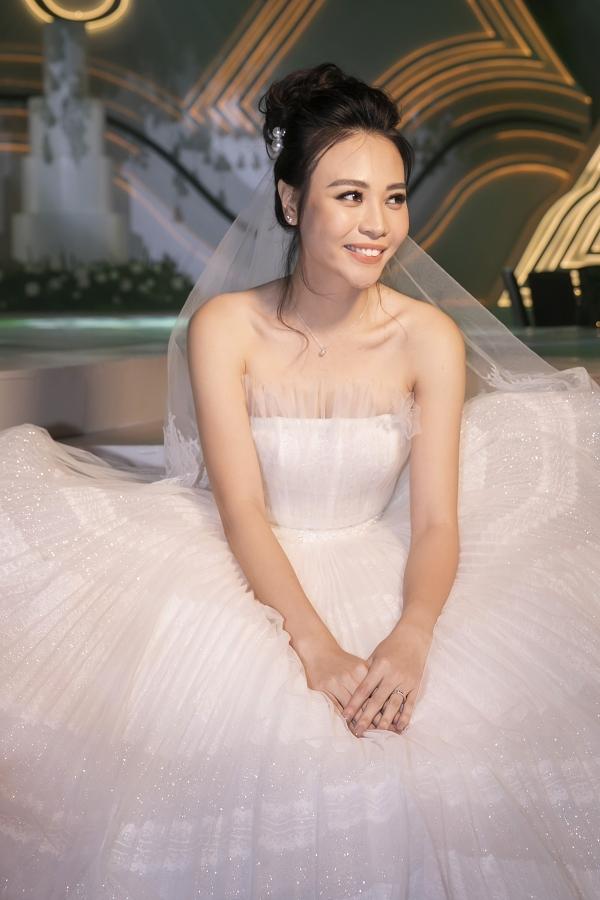 Trong loạt ảnh hiếm hoi trước giờ tổ chức hôn lễ, Đàm Thu Trang diện váy cưới cúp ngực,