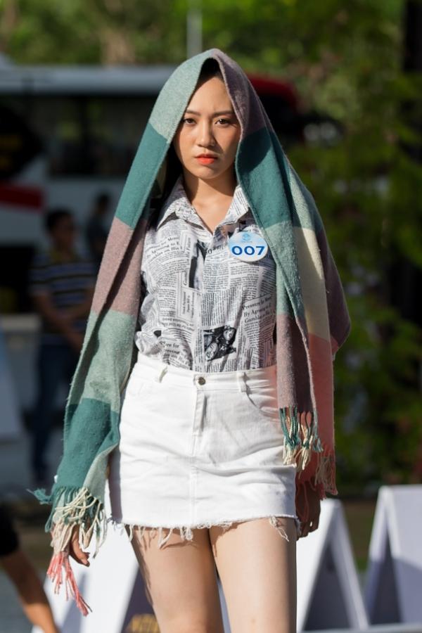 Thời tiết Đà Nẵng nắng gắt nên các người đẹp trang bị khăn, nón che chắn cho bản thân.
