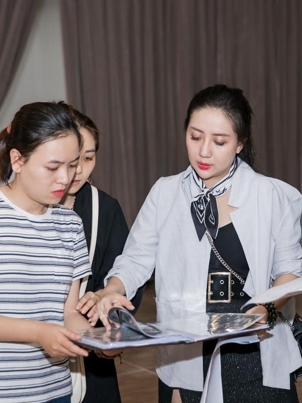 Nhà thiết kế Phạm Đăng Anh Thư (phải) sẽ trình làng bộ sựu tập dạ hội mới. Cô là tên tuổi nổi tiếng trong làng thiết
