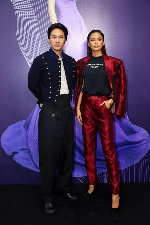 Nhà thiết kế Lý Quí Khánh chúc mừng đàn em thân thiết trong nghề.
