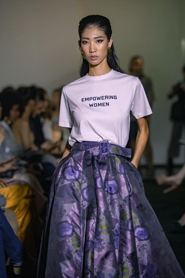 The golden women sử dụng chất liệu vải thân thiện với môi trường: cotton, linen, sợi pha. Thông điệp bảo vệ môi trường, đấu tranh cho nữ quyền cũng được thể hiện trực tiếp trên trang phục.