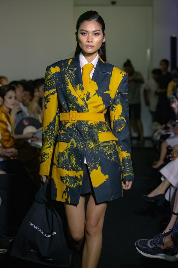 Các trang phục còn lấy cảm hứng từ thời trang thập niên 70 - 80. Họa tiết pop-art thể hiện trên nền vải đen tạo hiệu ứng thị giác cho trang phục.