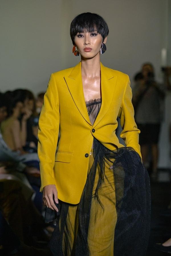 Mốt không nội y được Mâu Thủy kết hợp với vest, giúp phái đẹp khoe vẻ gợi cảm.
