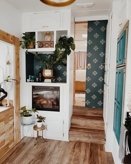 Dành lời khuyên cho mọi người khi kiến tạo không gian sống, Mathus cho biết: Điều tốt nhất bạn nên làm khi cải tạo lại một không gian mà mình sẽ yêu thích chính là việc lắng nghe suy nghĩ từ trái tim mình. Bạn có thể tham khảo ở các thiết kế mẫu, nhờ tư vấn của kiến trúc sư, tham khảo trên các trang web về nhà cửa nổi tiếng như Instagram, Pinterest nhưng đừng áp dụng nó quá rập khuôn. Điều đó sẽ làm không gian sống của bạn trở nên cứng nhắc và không phù hợp với bạn. Bạn là người sống trong không gian của mình, hãy quyết định mọi thứ dựa trên sở thích cá nhân và bạn phải cảm thấy hạnh phúc khi chọn sống cùng với chúng.