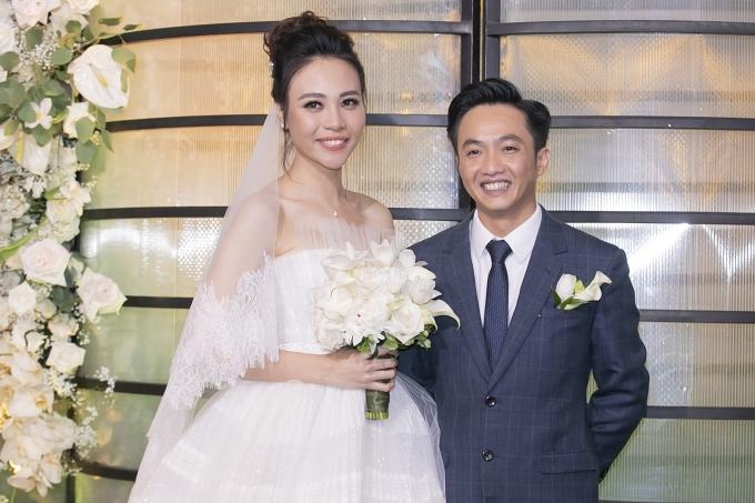 Đám cưới Cường Đôla và Đàm Thu Trang đang diễn ra tại một trung tâm sang trọng ở TP HCM, tối 28/7.  Đôi vợ chồng có mặt từ sớm và chuẩn bị đón khách mời,.