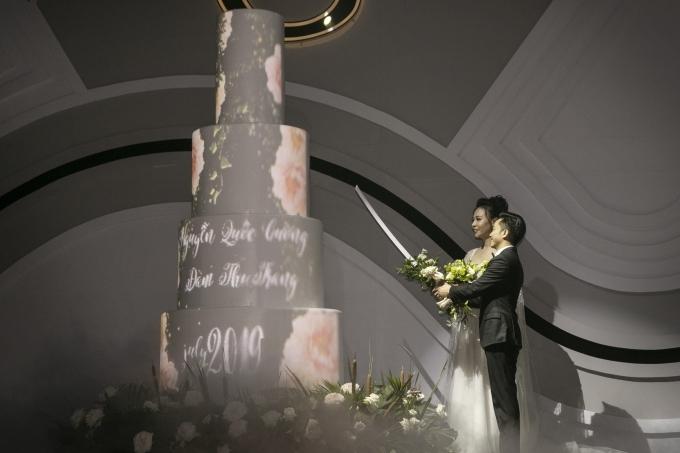 Cô dâu chú rể cùng thực hiện nghi thức cắt bánh.