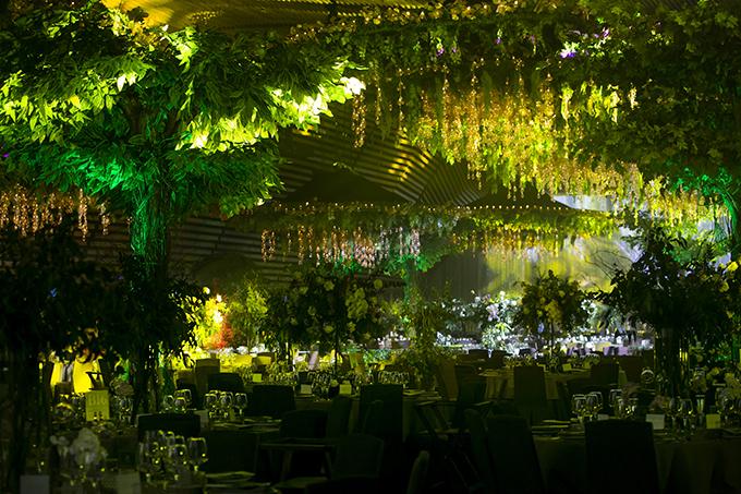 Phí bên trong sảnh tiệc là rất nhiều cây xnh, tạo nên khu rừng cổ tích, là bối cảnh giúp Đàm Thu Trng - Cường Đôl ghi lại những khoảnh khắc hạnh phúc.