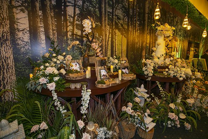 Cặp nổi tiếng hướng đến phong cách rustic, có sự xuất hiện củ nhiều vật trng trí bằng gỗ mng đến nét mộc mạc cho không gin cưới.