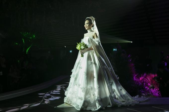 Cường Đôla liên tục hôn vợ Đàm Thu Trang trong tiệc cưới - 1