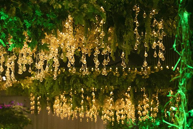 Trần nhà được điểm đèn dạng dây, kiến tạo không gin cưới cổ tích cho cặp cô dâu chú rể.
