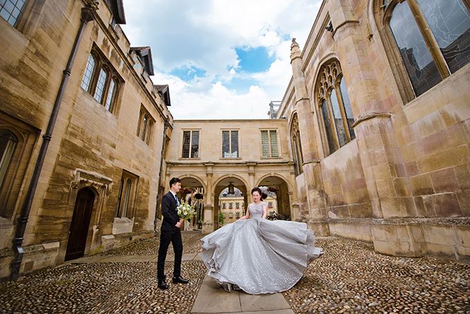 Sau màn cầu hôn, cả hai quyết định chụp ảnh tiền đám cưới ở Cambridge. Mọi người đoán rằng chúng tôi sẽ chọn London để chụp hình vì đó là nơi tình yêu bắt đầu. Tuy nhiên, tôi nghĩ trong tình yêu cần tạo dựng sự mới mẻ. Vì thế, chúng tôi đã khám phá một thành phố mới là Cambridge với vẻ đẹp thanh bình, có nhiều trường đại học nổi tiếng, có dòng sông Cam thơ mộng và cầu Than Thở - Bridge of Sighs.