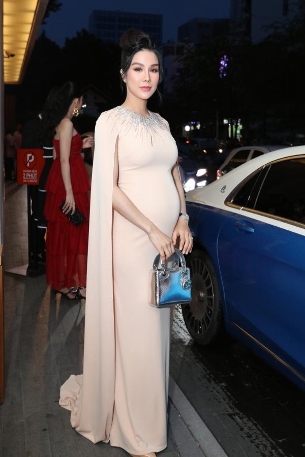 Mang thai tháng thứ 6, Diệp Lâm Anh vẫn cố gắng dành thời gian đến tham dự tiệc cưới của bạn thân Đàm Thu Trang và doanh nhân Cường Đôla, tối 28/7 tại TP HCM.