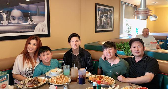 Bằng Kiều cùng vợ cũ và các con ăn uống vui vẻ tại một nhà hàng ở Mỹ.