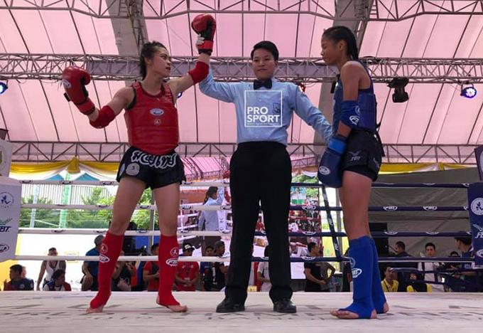 Huỳnh Hà Hữu Hiếu (trái) giành chiến thắng kịch tính trước đối thủ Philippines. Ảnh: HCM City Muay Federation.