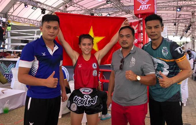 Hữu Hiếu giơ cờ Việt Nam mừng chức vô địch. Ảnh: HCM City Muay Federation.