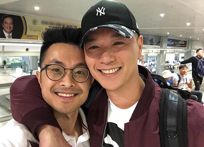Bạn trai Thu Hoài (trái) đón Philip Lee - chồng Hồ Hạnh Nhi tại sân bay, tối 27/7.