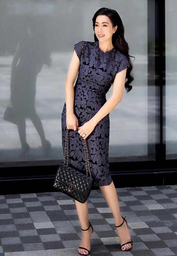 Váy ren ôm khít cơ thể tôn vẻ thanh lịch, quyến rũ củaTrịnh Kim Chi.