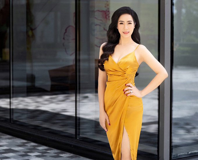 Trịnh Kim Chi có ngày sinh nhật trong tháng 8. Để kỷ niệm tuổi 47, người đẹp vừa thực hiện bộ ảnh mới. Chị diện váy dây xẻ vạt, khoe vai trần, chân dài, ngực đầy trên phố.