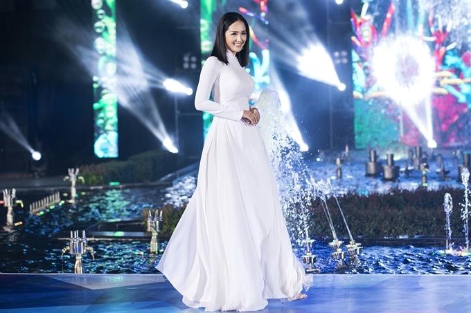 Mai Phương Thúy diện áo dài trắng tinh khôi, đảm nhận vai trò vedette trình diễn trong đêm thi Top Model thuộc khuôn khổ Hoa hậu Thế Giới Việt Nam.