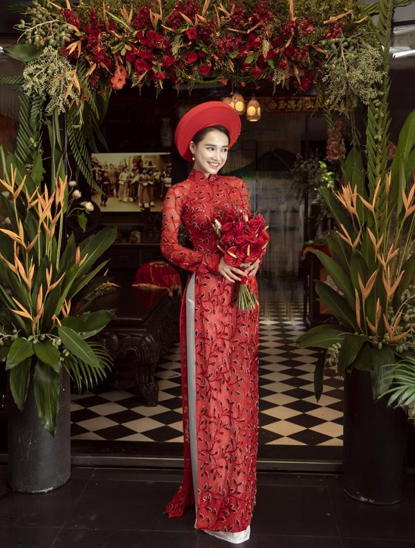 Ngoài đóng phim Nhã Phương còn được nhiều nhà thiết kế mời hợp tác, làm người mẫu. Bà xã của Trường Giang vừa có buổi chụp ảnh với áo dài cưới tại showroom của nhà thiết kế Bảo Bảo tại TP HCM.