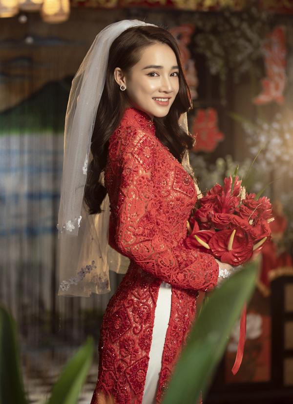 Nữ diễn viên khoe nhan sắc rạng ngời ở tuổi 29. Lễ phục cưới màu đỏ được nhiều cô dâu yêu thích vì tượng trưng cho sự may mắn và tôn vẻ rực rỡ cho người mặctrong ngày trọng đại.