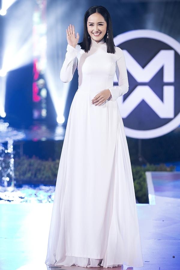 Mai Phương Thúy rất hiếm trình diễn thời trang. Đây là lần thứ hai cô catwalk trong năm 2019, sau show diễn của nhà th
