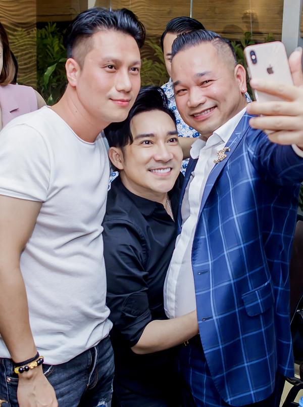 Nhiều khách mời tranh thủ xin chụp ảnh với Việt Anh và Quang Hà trong đêm tiệc.