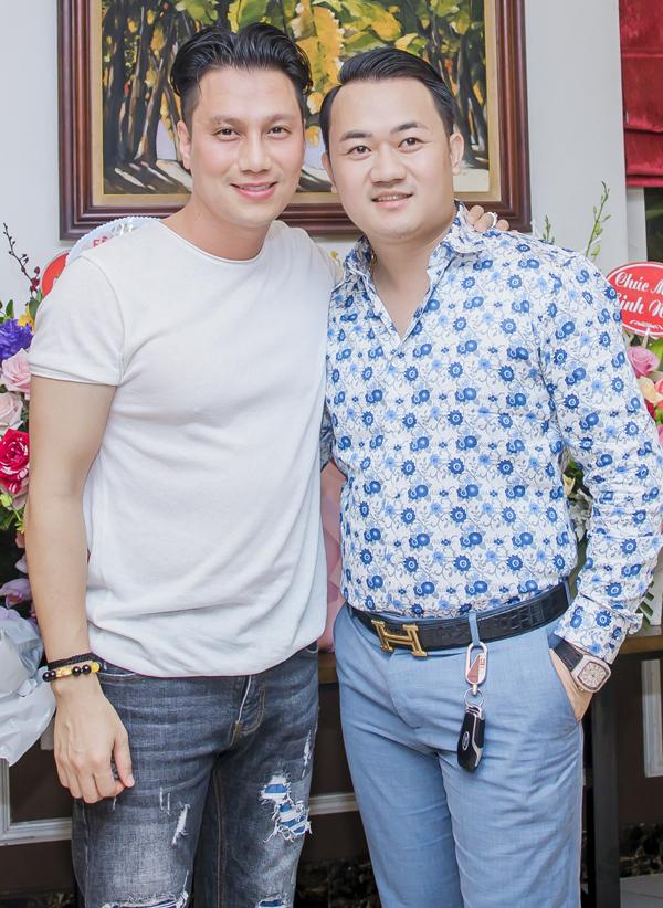 Ngoại hình mới của Việt Anh nhận được những ý kiến trái chiều của khán giả. Người khen anh trẻ trung, đẹp trai hơn nhưng cũng không ít bình luận cho rằng trông Việt Anh mất đi vẻ nam tính.