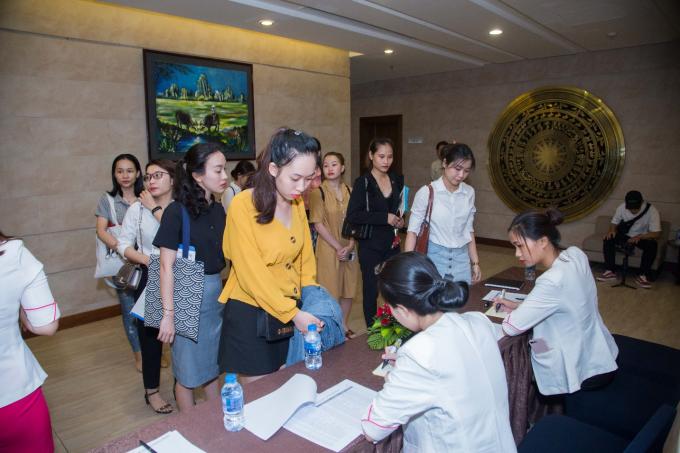 Xuất hiện từ sáng sớm, hàng trăm ứng cử viên đã có mặt trong buổi tuyển dụng của Shynh House Premium. Các ứng cử viên tỏ ra vô cùng hào hứng và thích thú trước sự chuẩn bị vô cùng chu đáo từ ekip Shynh Group.