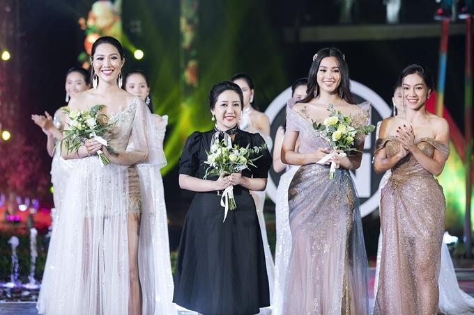 Bà Phạm Kim Dung (phải) - trưởng ban tổ chức cuộc thi trao tặng hoa cho nhà thiết kế Phạm Đăng Anh Thư (váy đen) và hai hoa hậu.