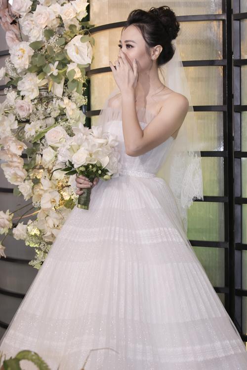 Bó ho đầu tiên mà nh thực hiện cho cô dâu Đàm Thu Trng để tiếp đón khách tại sảnh tiệc mng sắc trắng tinh khôi, là sự kết hợp củ ho mẫu đơn, ho lo kèn và ho tulip. Sở dĩ chọn lự các loại ho này vìmẫu đơn là loài ho mà cô dâu yêu thích nhất, còn tulip là ho mà chú rể Cường Đôl ư chuộng. Sự kết hợp hi sở thích củ cặp vợ chồng trong một bó ho cưới chứ đựng thông điệp về sự hò hợp, mong ước lứ đôi gắn kết bền chặt.