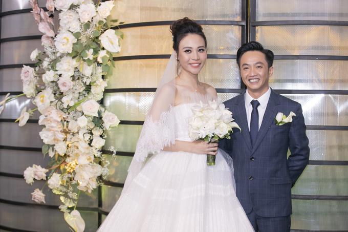 Tối 28/7, Đàm Thu Trang và Cường Đôla đã tổ chức hôn lễ tại TP HCM.Chiếc váy đầu tiên mà cô dâu xứ Lạng diện để tiếp đón khách là một sáng tạo của NTK Chung Thanh Phong.