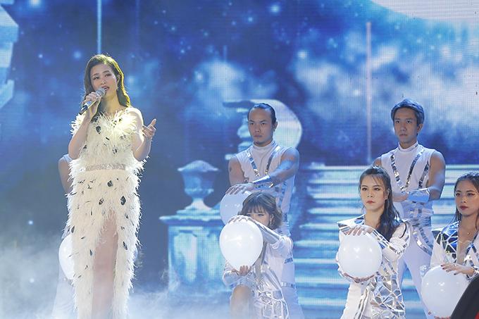 Tối 28/7, Đông Nhi biểu diễn trong đại nhạc hội ASEAN - Nhật Bản diễn ra tại Hà Nội. Dù rất bận rộn với lịch biểu diễn dày đặc và việc chuẩn bị cho đám cưới với Ông Cao Thắng, Đông Nhi vẫn cố gắng sắp xếp thời gian bay ra thủ đô trước một ngày để chuẩn bị cho chương trình này.