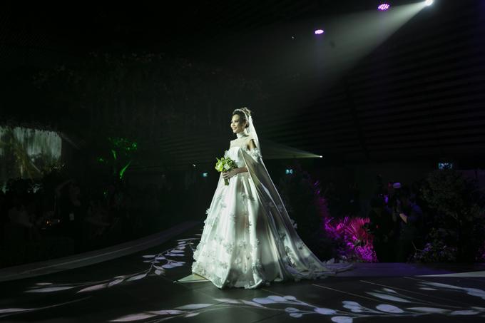 Trần Hùng đính hoa 3D trên thân váy để tạo điểm nhấn. Mẫu đầm được diện kết hợp với tùng váy xòe, thể hiện trọn vẹn tinh thần của bản phác thảo trên giấy.