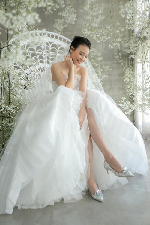 Cô dâu Đàm Thu Trang chọn diện trang sức cưới đến từ thương hiệu Tiffany & Co, giày cao gót đính pha lê tinh xảo của nhà mốt Jimmy Choo cho ngày đại hỷ. NTK cũng tính đến cácphụ kiện cưới của cô dâu để tạo nên trang phục có sự hài hòa về tổng thể.