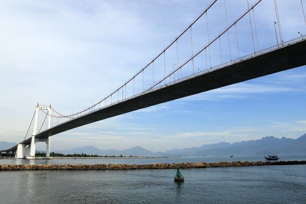 Hời khai đã phi tang xác con xuống khu vực sông ở cầu Thuận Phước. Ảnh: Ngọc Trường.
