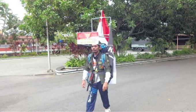 Medi Bastoni trên hành trinh đi giật lùi 800 km của mình. Ảnh: Catch Hindi.